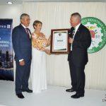 El señor Pedro De La Torre y la señora Martha Campaña de De La Torre reciben el reconocimiento por parte del señor Felipe Venicio Rodríguez, presidente de la Cámara de Comercio, Industrias y Agricultura de Chiriquí